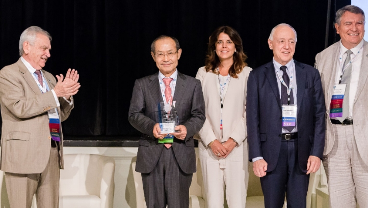 Dr Masaru Kurihara (second from left), fellow at Toray Industries, and senior scientific director of the Mega-ton Water System project, accepts an award at the IDA International Conference on Water Reuse and Recycling, September 2016