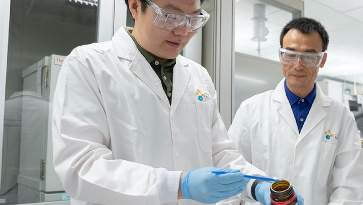 Renyan Li, a PhD student at King Abdullah University of Science and Technology (l), and associate professor of environmental science and engineering, Peng Wang, develop a liquid sorbent hydrogel