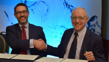 Gianni Chianetta (left), head of international affairs at the Global Solar Council, and IDA past president Emilio Gabrielli seal the collaboration on solar desalination