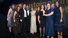 Martin Baxter, chief policy advisor, IEMA (second right) and Julia Bradbury (far right) present the Willmott Dixon team with the award.