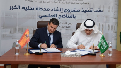 The contract was signed by Saudi minister of environment, water, and agriculture Abdulrahman Al-Fadhli (left), and Jesús Sancho, Acciona managing director for the Middle East